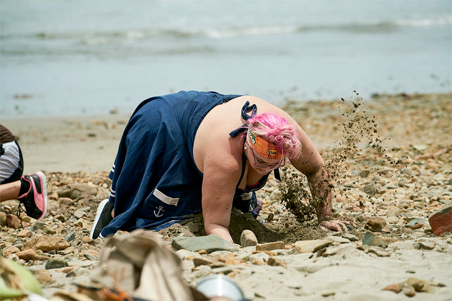 Hannah digging in the first challenge on Survivor New Zealand / Photo: Scott McAulay