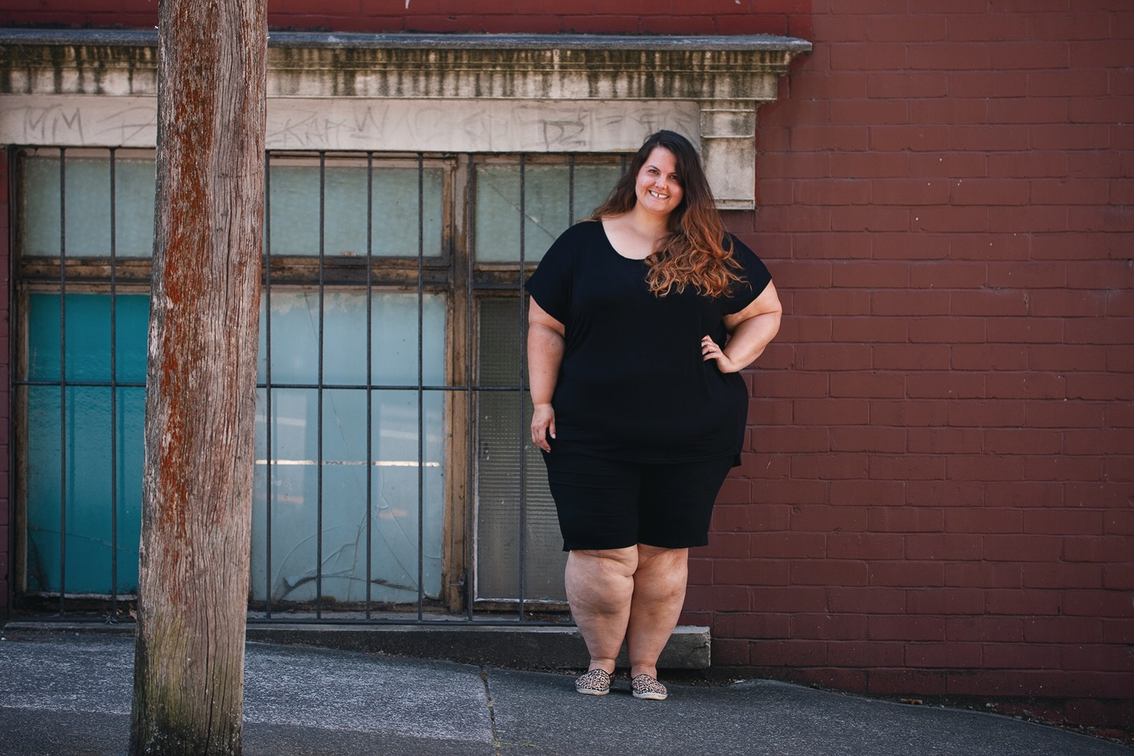 2f0ed44b6d52 New Zealand plus size blogger Meagan Kerr wears Boohoo Plus Oversized Tee  and Autograph Super Stretch ...